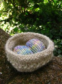 Free Pattern for Knitted Easter Chick (containing creme egg